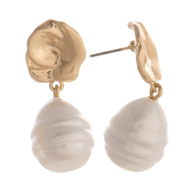 Gorgeous short pearl earrings. Approximate 1.5 in length.