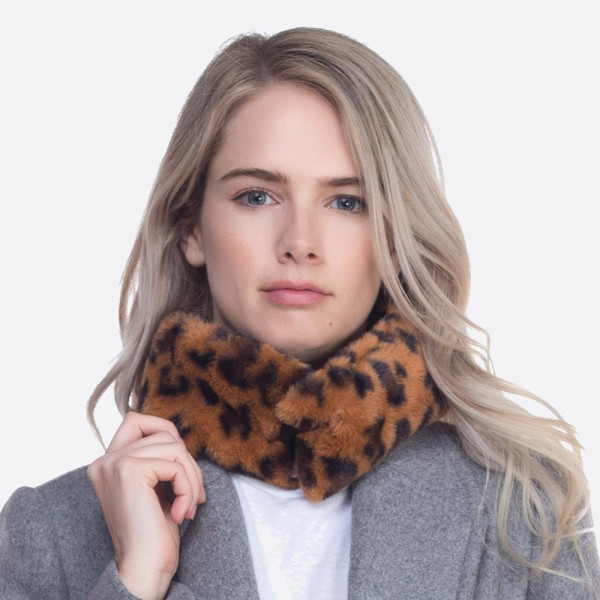 Leopard collar scarf with magnetic closure. 100% polyester.