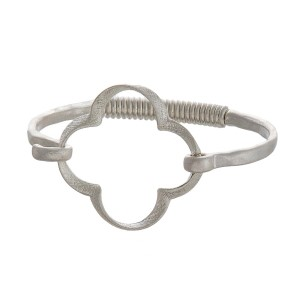 Metal bracelet with various shapes and latch closure.
