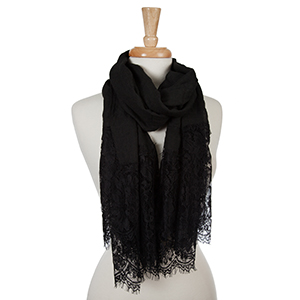 Black open scarf with lace edges and a floral pattern. 30% cotton and 70% viscose.
